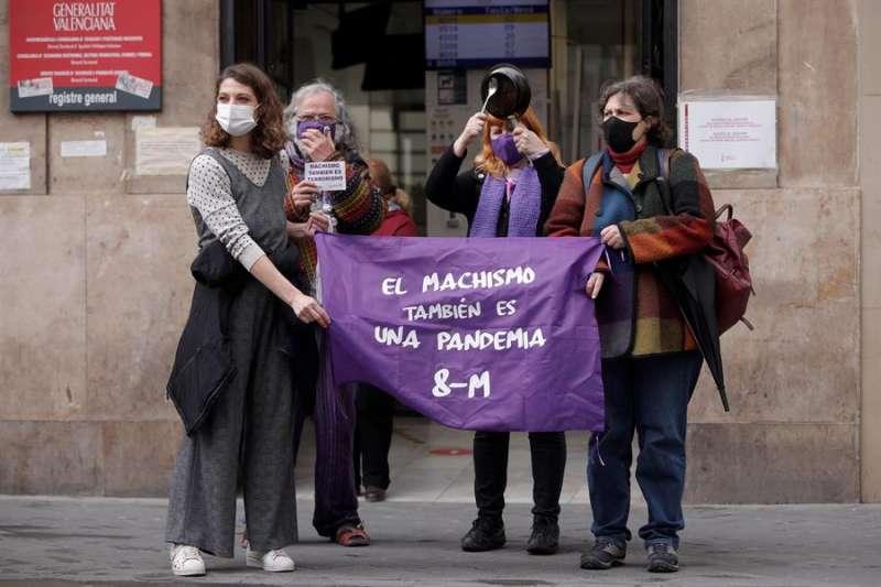 Integrantes de la Asamblea Feminista de Valencia se concentran ante la Conselleria de Políticas Inclusivas. EFE