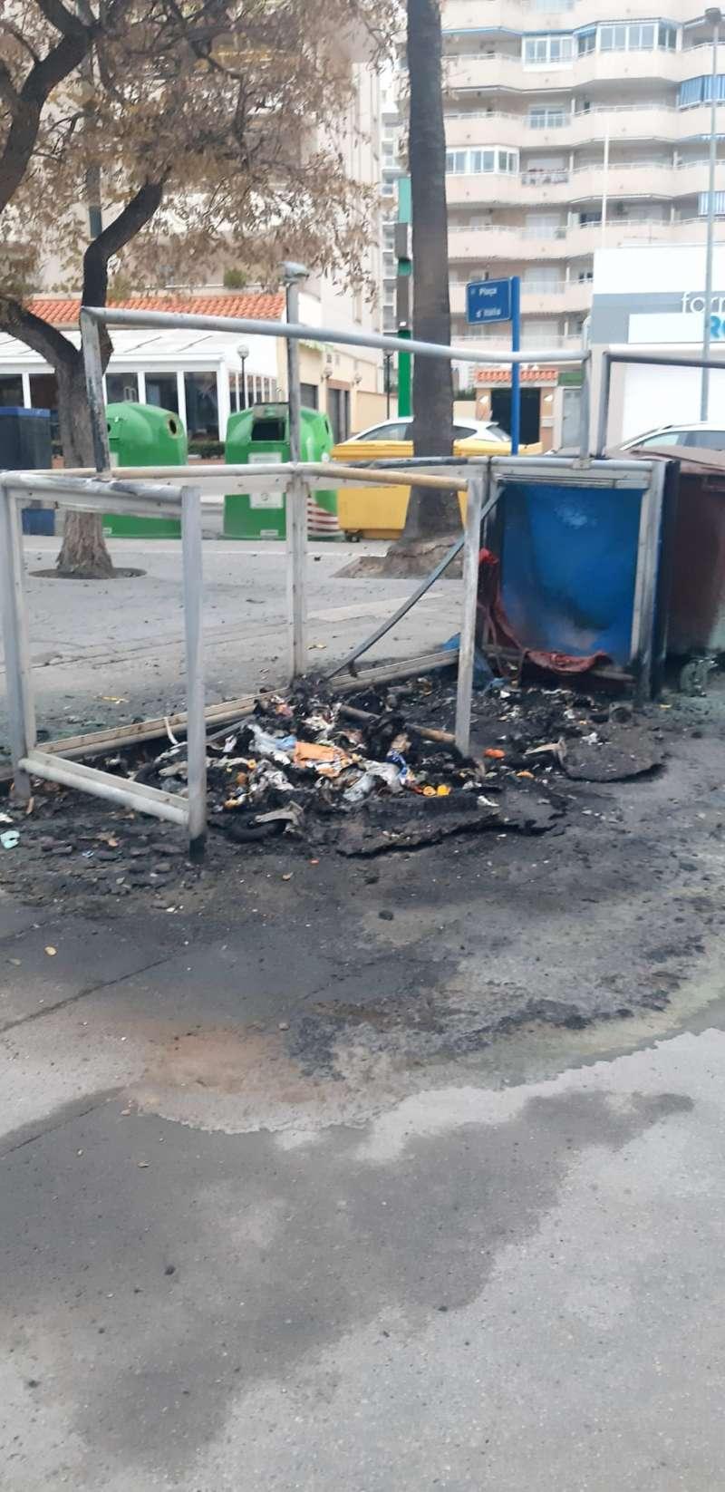 Contenedores quemados en La Pobla