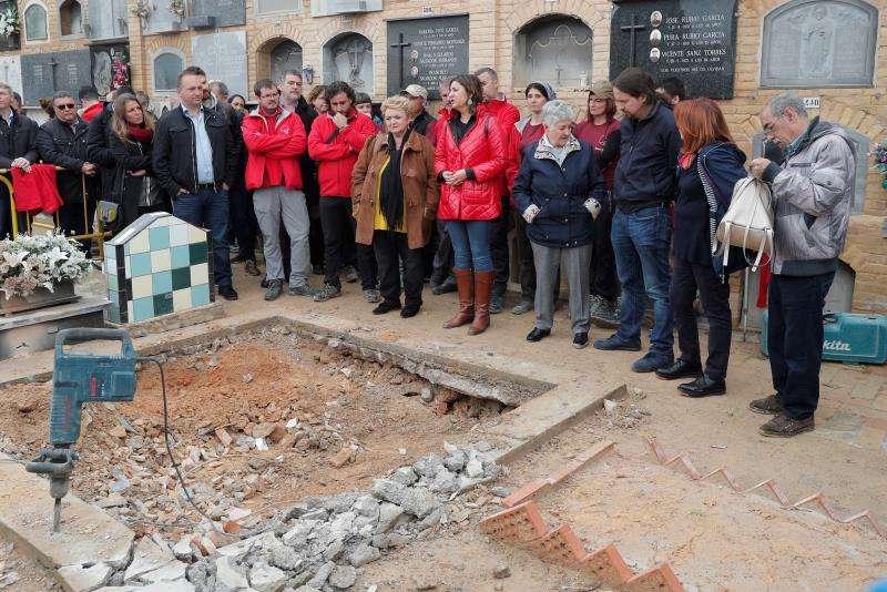 El secretario general de Unidas Podemos, Pablo Iglesias, durante la visita a los trabajos de exhumación de la fosa número 115 de Paterna (Valéncia).EFE