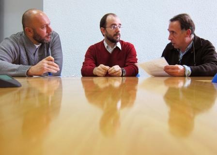 Sixto y Gutiérrez (EUPV) con Toni Raya (COPAVA) en un momento de la reunión. Foto: EPDA.