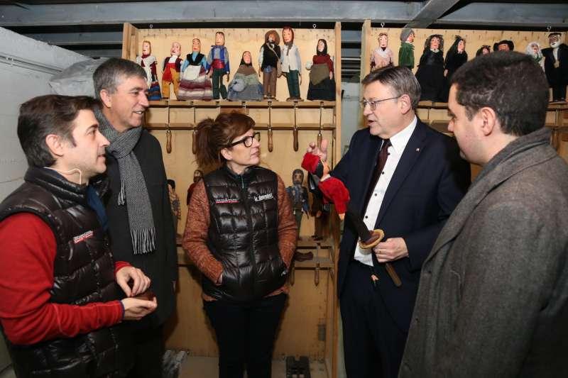 El presidente de la Generalitat con las marionetas. EPDA