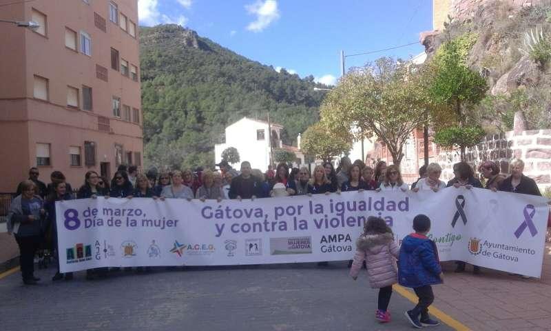 Decenas de personas salen a la calle para conmemorar el Día de la Mujer