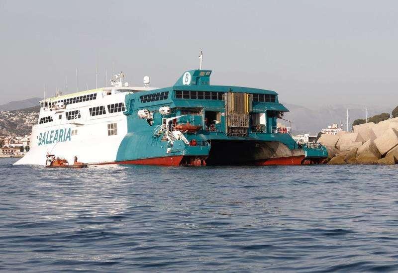 El ferry de Balearía encallado en la bocana del puerto de Dènia. EFE
