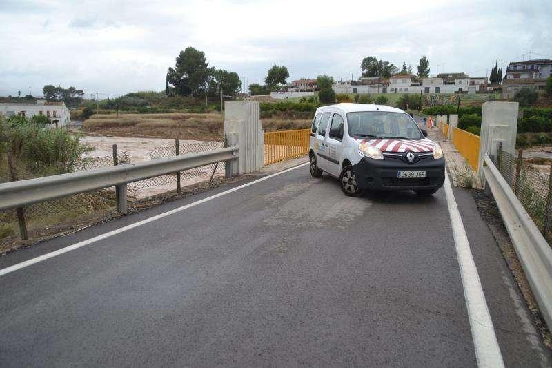 Un coche corta el paso por un puente en el municipio de Xàtiva, en una imagen facilitada por el Ayuntamiento. EFE