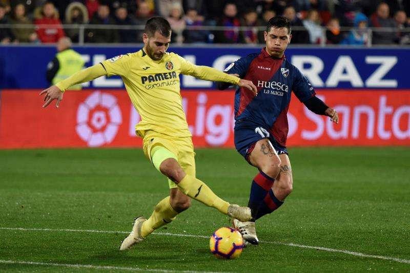 El delantero argentino del SD Huesca, Ezequiel Ávila (d), lucha por el balón frente al centrocampista del Villarreal CF, Manu Trigueros (i), durante el partido correspondiente a la 16ª jornada de LaLiga Santande. EFE/ Archivo
