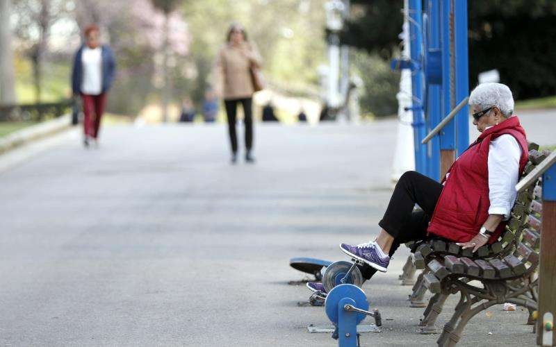 Una mujer mayor en un parque. EFE/Archivo