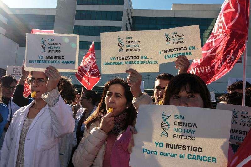 Investigadores del Hospital La Fe de València protagonizan una concentración para denunciar que solo 5 de los 350 trabajadores del Instituto de Investigación Sanitaria del centro tiene contrato indefinido. EFE
