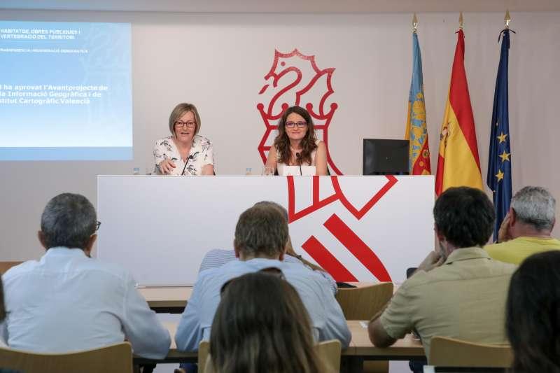 Mª José Salvador y Mónica Oltra.
