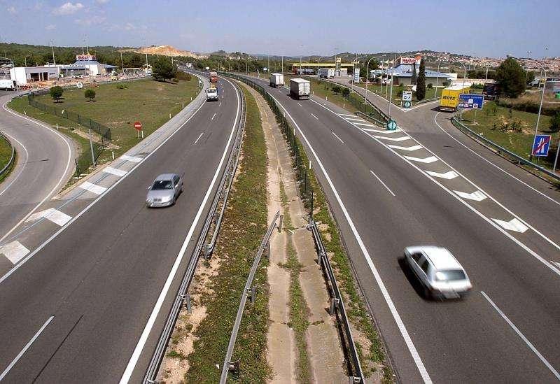 Tramo de la AP-7, con dos carriles, a su paso por el área de servicio de El Medol, en Tarragona.EFE/Archivo