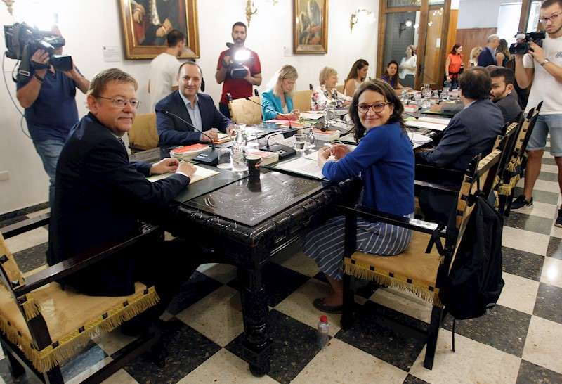 El president de la Generalitat, Ximo Puig (i), preside el pleno del Consell. EFE/Morell/Archivo
