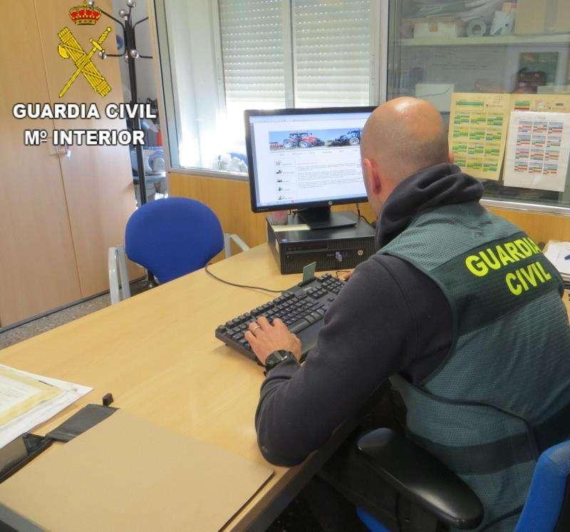 Un agente de la Guardia Civil comprueba una página web en una imagen cedida por el instituto armado. EFE