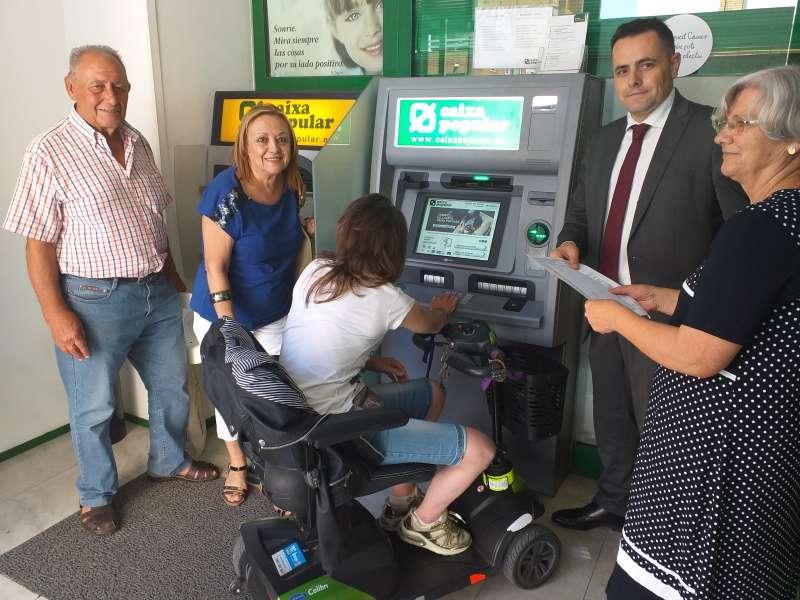 Cajero automático accesible en la oficina de Caixa Popular de la avenida Maestrat de Port de Sagunt. EPDA
