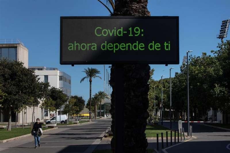 Una persona con mascarilla camina por el campus de la Universidad Politécnica de València. EFE