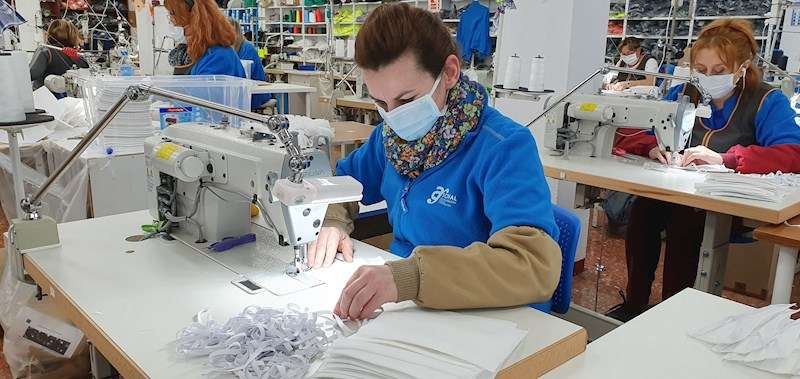 Empresa local que fabrica mascarillas homologadas como las dos que se repartirán próximamente a cada hogar del municipio.
