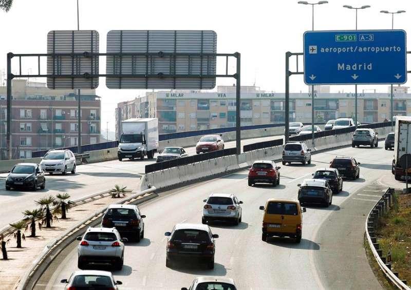 Vista de la A-3 a la salida de València, con denso tráfico. EFE/ Ana Escobar/Archivo