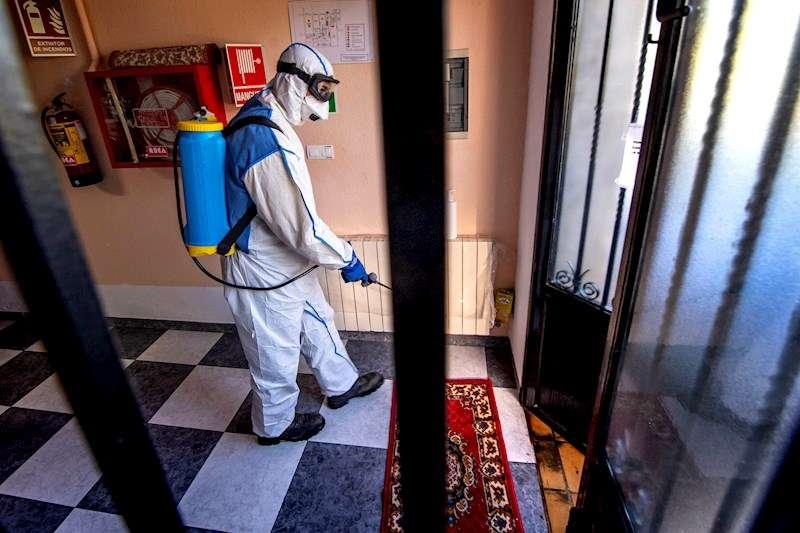 Desinfección de una residencia de ancianos, en una imagen de estos días. EFE