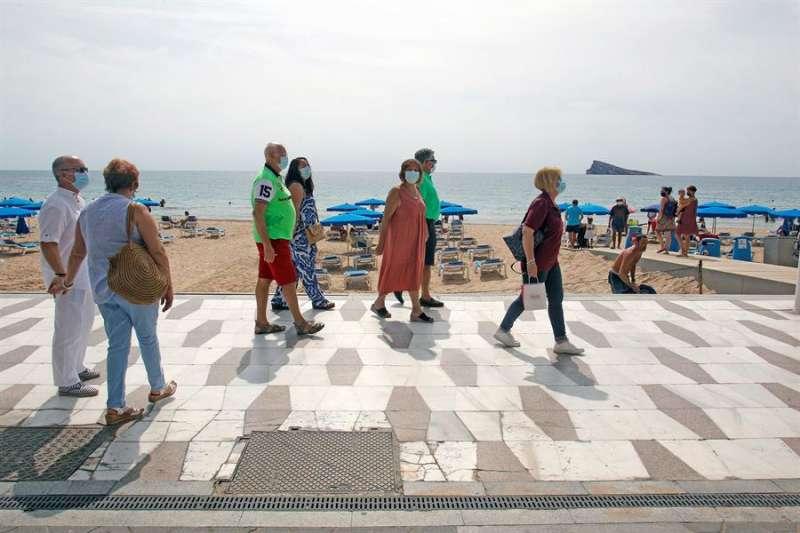 Un grupo de personas jubiladas pasea por la playa de Benidorm. EFE/MORELL/Archivo.