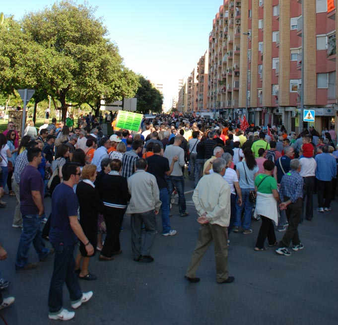 Numerosos manifestantes por la avenida 9 de Octubre. FOTO EPDA