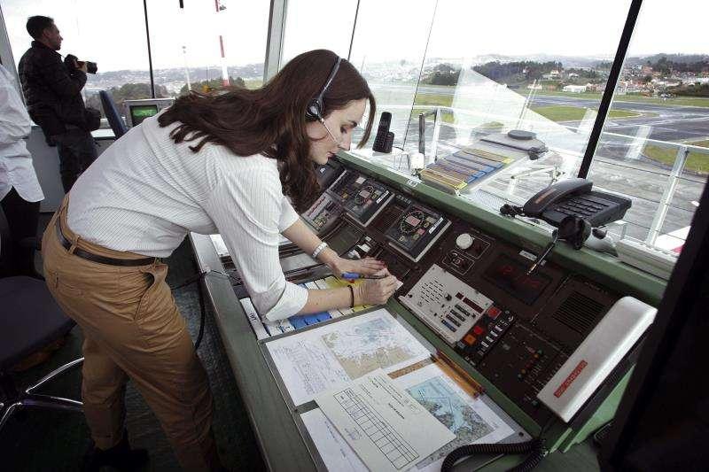 Una técnico trabaja en una torre de control de aeropuerto. EFE/Archivo
