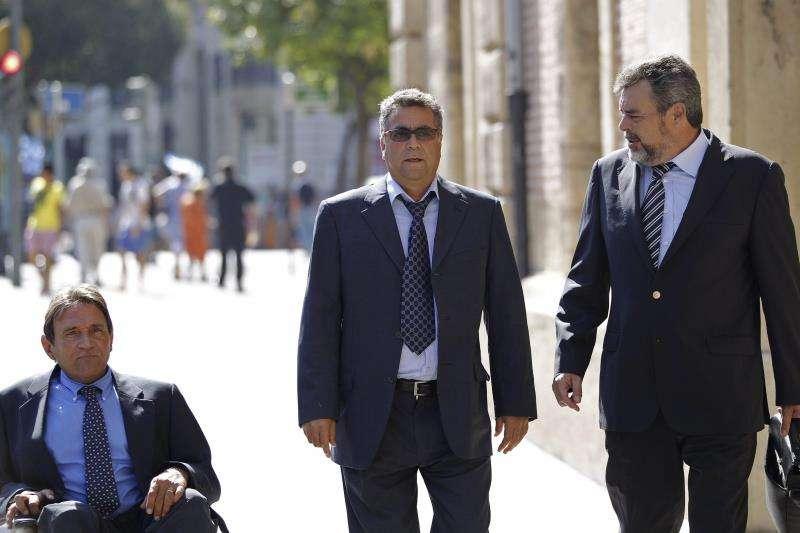 El empresario de la construcción Enrique Ortiz (c), a su llegada al TSJCV para declarar como imputado en la causa que investiga la supuesta financiación ilegal del PP valenciano dentro del caso Gürtel. EFE/Archivo