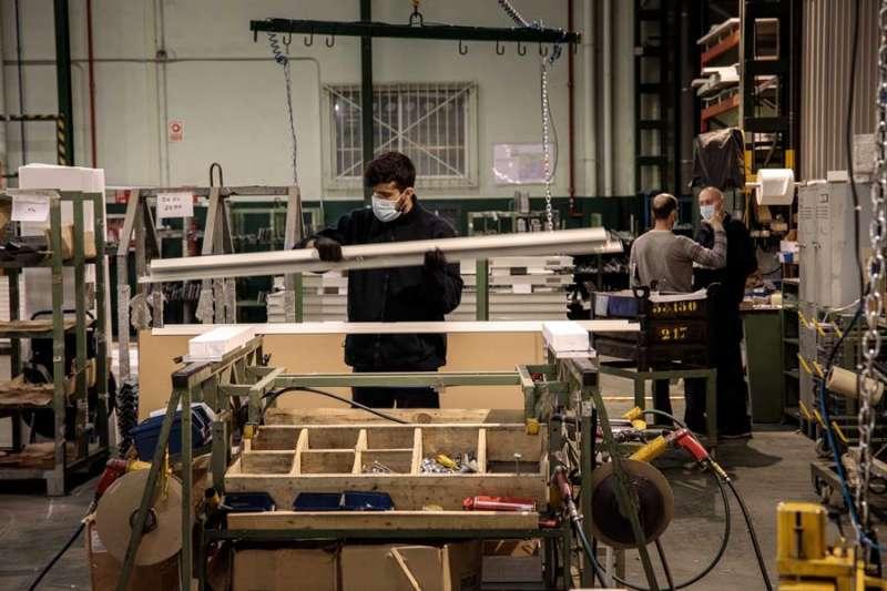 Trabajadores de una empresa de puertas metálicas, Andreu Barberá S.L. EFE/ Biel Aliño/Archivo