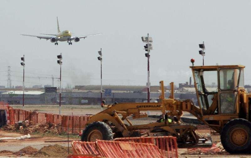 Aterrizaje de un avión en el Aeropuerto de Manises. EPDA