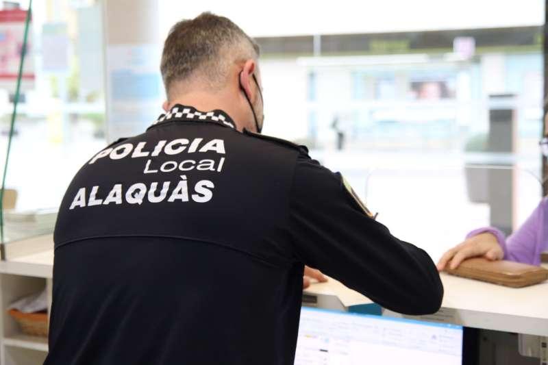 Un policia local d