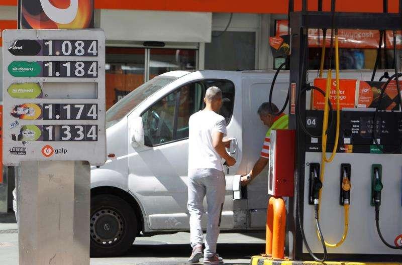 Una furgoneta reposta en una gasolinera. EFE/Archivo