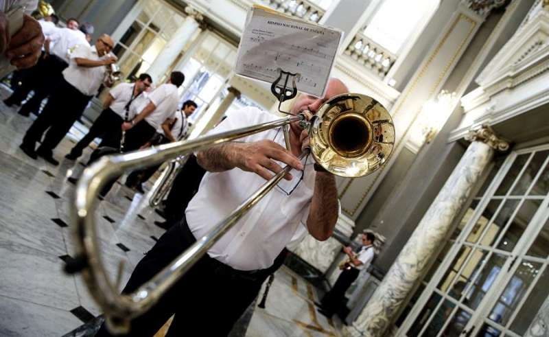Un miembro de una banda de música ensaya antes de tocar. EFE/Manuel Bruque/Archivo