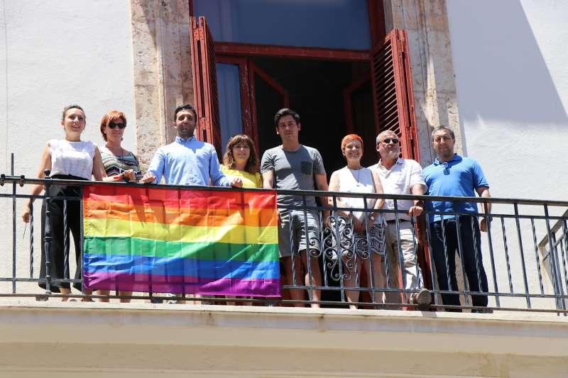 La bandera LGTBI ondea en el Ayuntamiento de Sagunt