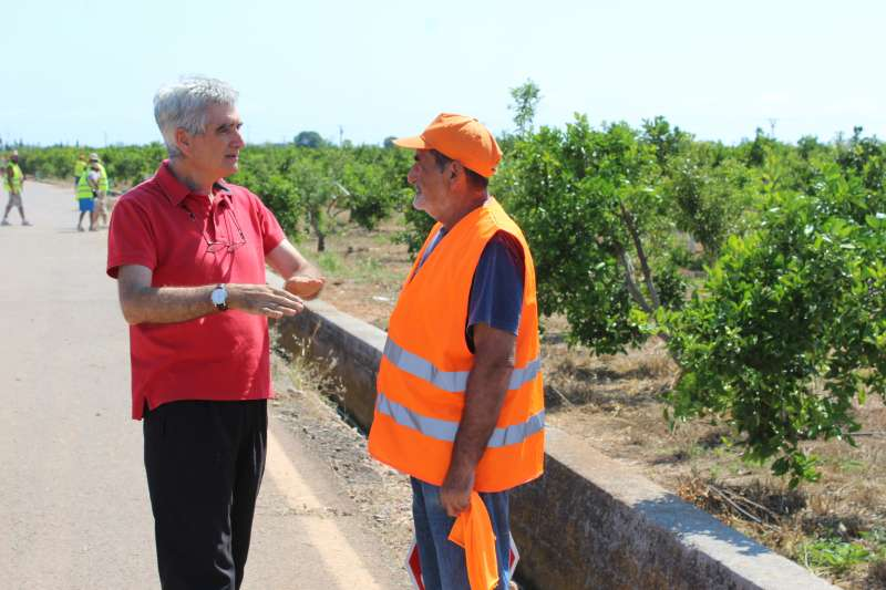 Ariño con uno de los trabajadores contratados por el Consell Agrari de Sagunt. EPDA