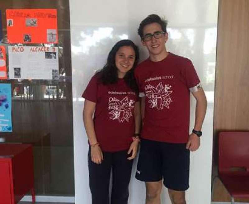 Laura y Borja, con las camisetas diseñadas para este año. EPDA
