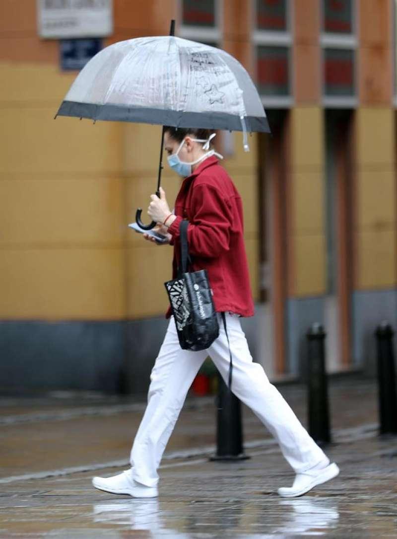 Una persona camina bajo la lluvia protegida con un paraguas, en una imagen de archivo. EFE/Ana Escobar