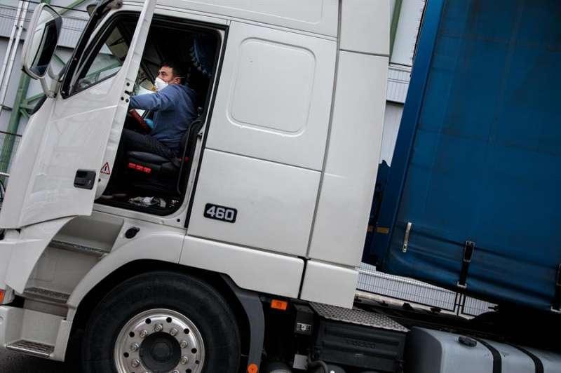 Un camionero sube a su camión durante una entrega en el polígono industrial Fuente del Jarro de Paterna (València), siendo los transportistas parte de uno de los sectores imprescindibles para el funcionamiento del país. EFE/Biel Aliño