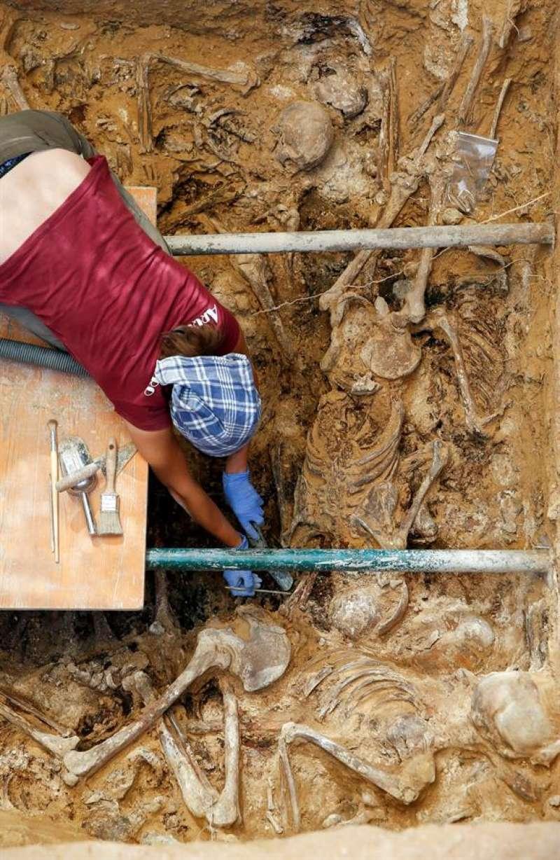 Una arqueóloga durante los trabajos de excavación en la fosa común 112 del cementerio de Paterna (Valencia). EFE