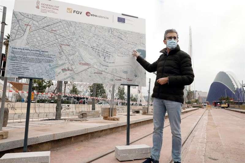 El conseller de Política Territorial, Obras Públicas y Movilidad, Arcadi España, hace seguimiento de las obras en superficie de la L-10 de Metrovalencia.EFE