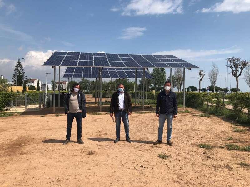 Els tres alcaldes davant de plaques fotovoltaiques