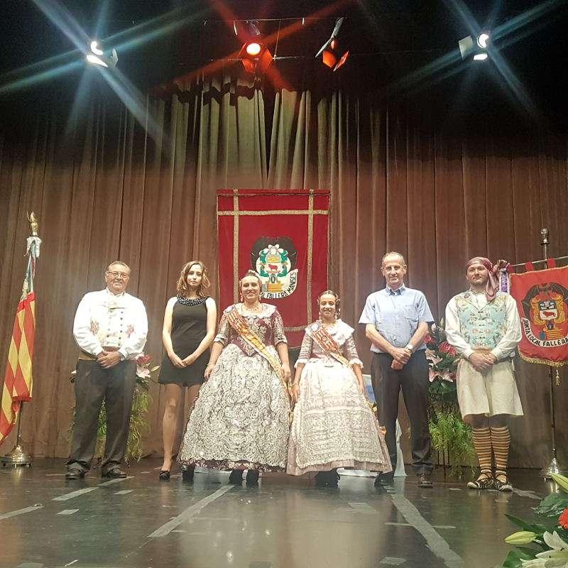 La fallera major, Susana Eva Villena Madrid, i la fallera major infantil, Núria Amorós Añón, amb l