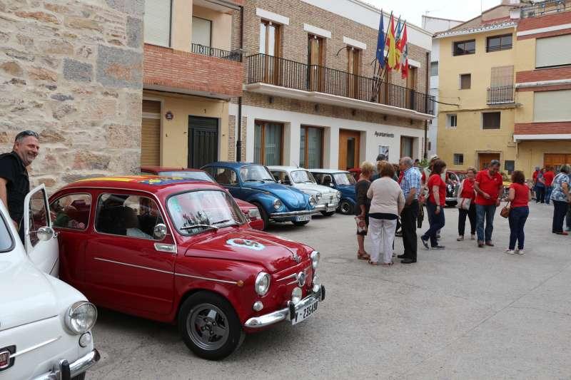 La plaza Mayor de Gaibiel se llenó de vehículos y de curiosos