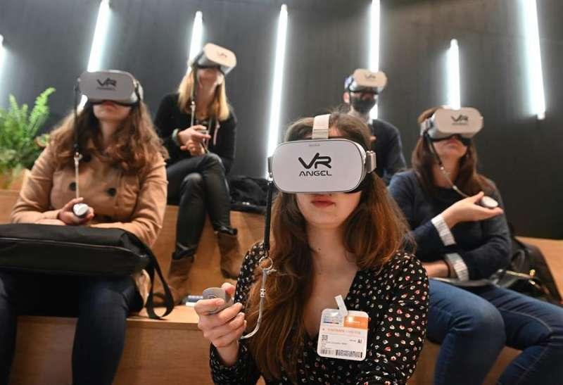 Varias personas con gafas de inteligencia artificial. EFE/ Fernando Villar/Archivo