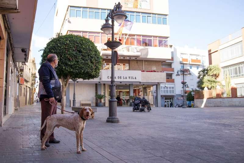 Perro en la plaza del Ayuntamiento de Mislata. EPDA