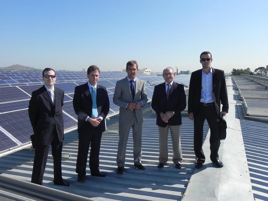 Cejalvo junto al teniente de alcalde y representantes de la empresa en Riba-roja del Túria. FOTO GVA