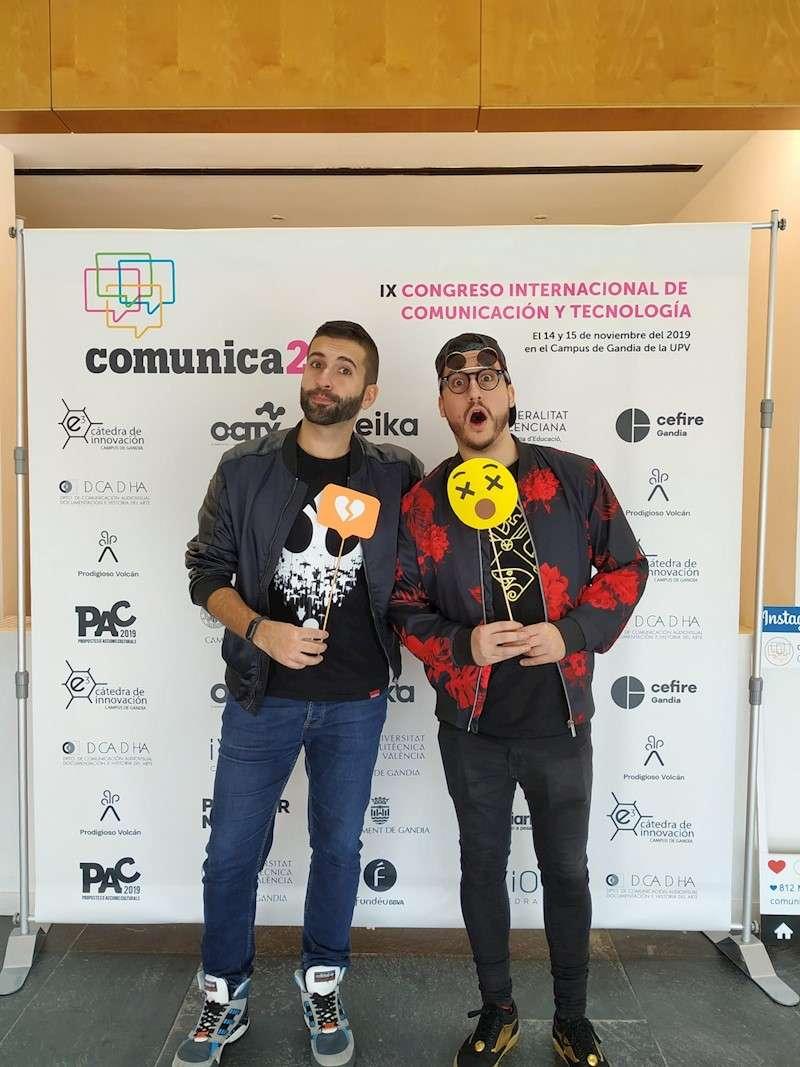 Los youtubers Keuman y Hermoti durante el congreso. EFE