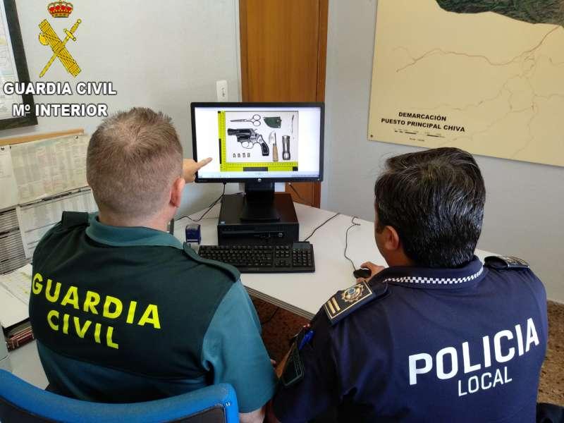 Agentes de la Guardia Civil y Policía Local de Chiva. EPDA