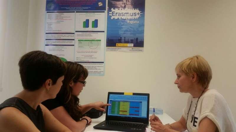 Responsables de la Asociación de Familiares de Enfermos de Alzheimer de Valencia (AFAV), analizando el desarrollo del proyecto