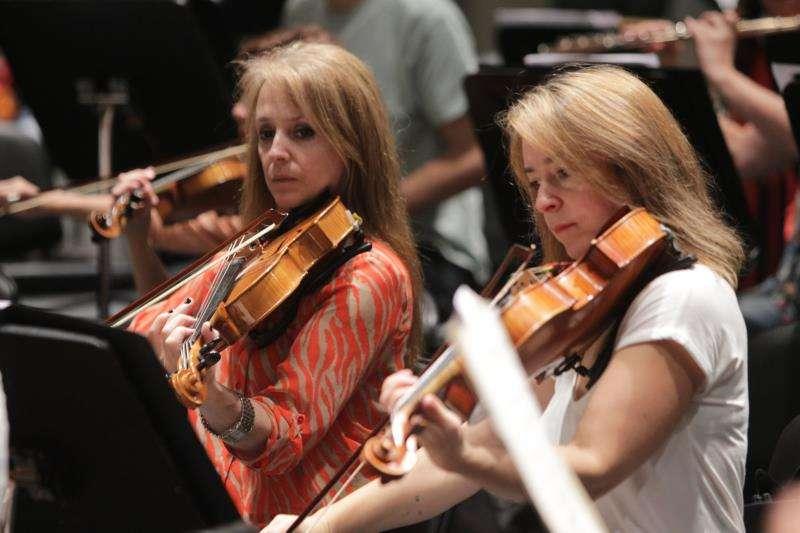 Dos violinistas ensayan para un concierto. EFE/Archivo