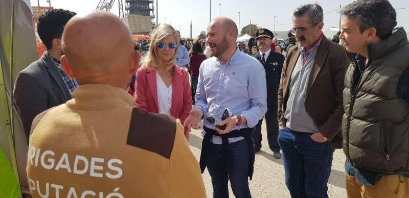 Gaspar conversa con los profesionales en su visita a la feria. EPDA