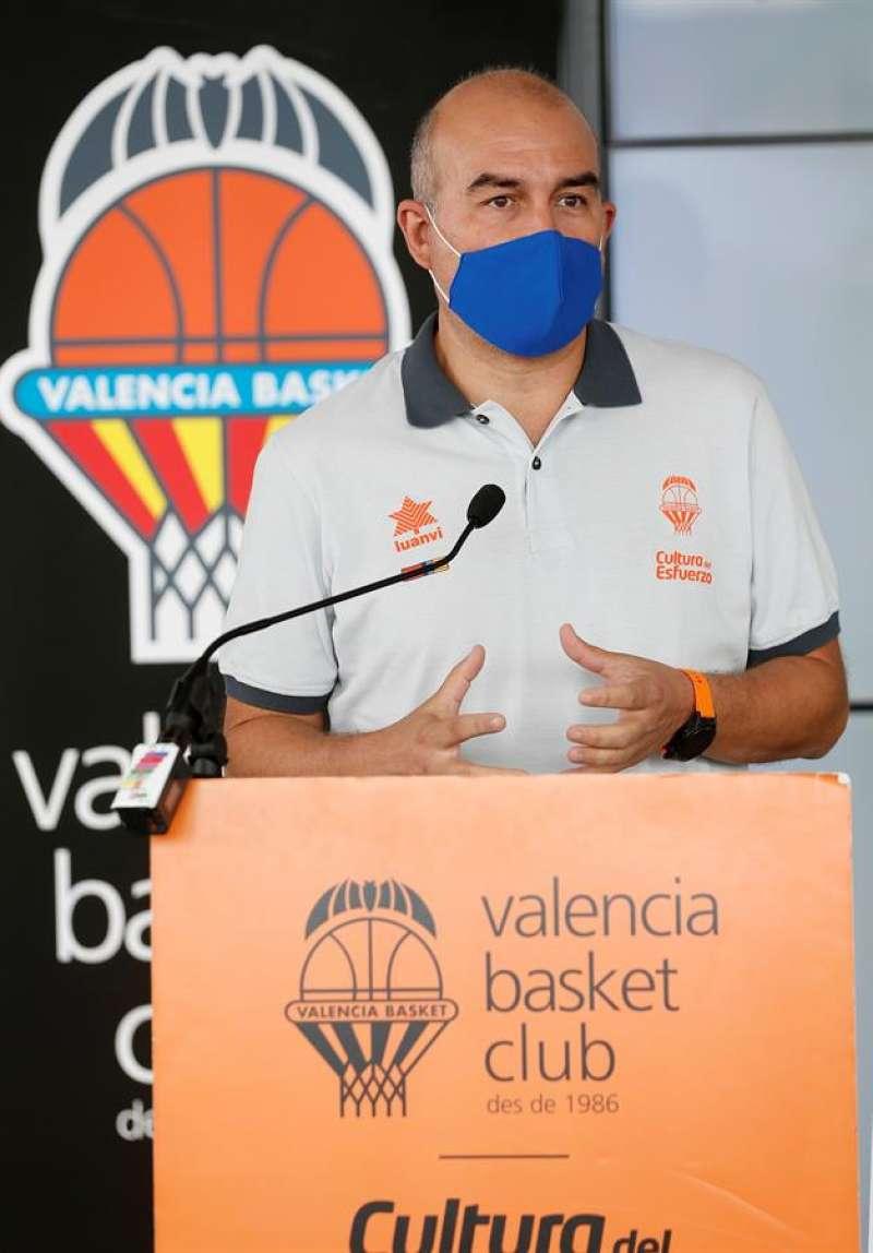 El entrenador del Valencia Basket, Jaume Ponsarnau, durante la rueda de prensa que ha ofrecido.EFE