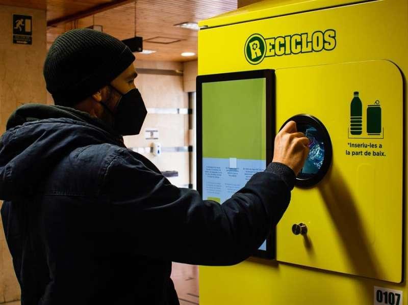 Una persona utiliza el nuevo sistema de reciclaje, en una imagen facilitada por el Ayuntamiento. EFE