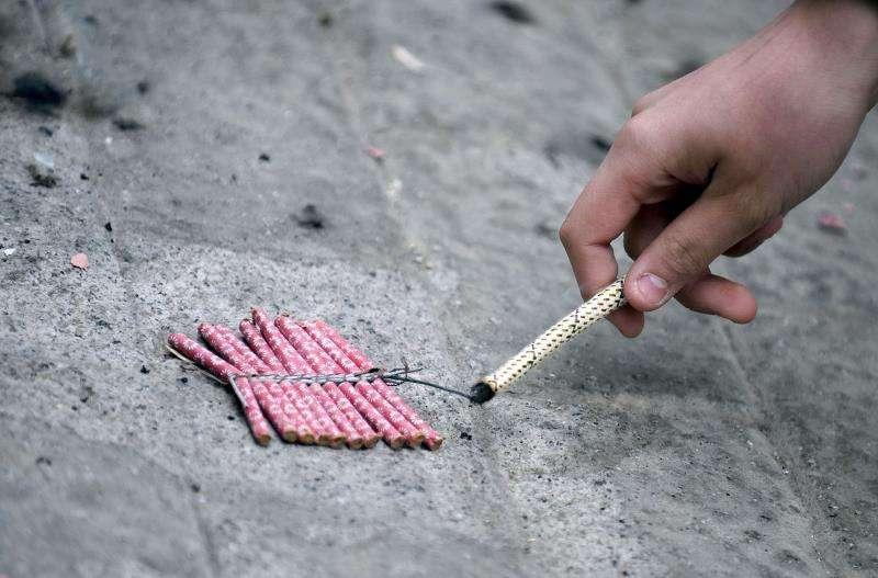 Una persona enciende una traca. EFE/Archivo